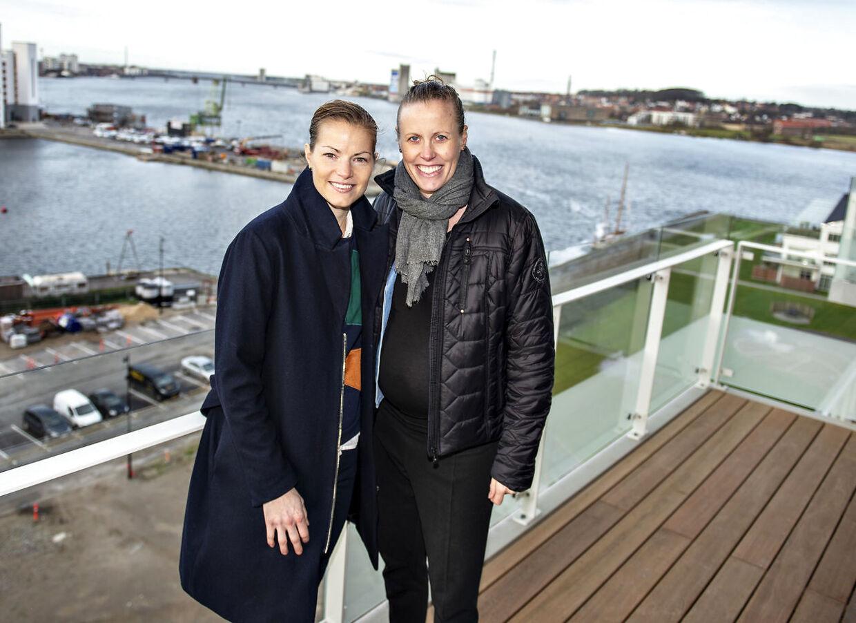 Kamilla Rytter Juhl, til højre, sammen med Christinna Pedersen. Kæresteparret vandt i marts All England-titlen i damedouble.