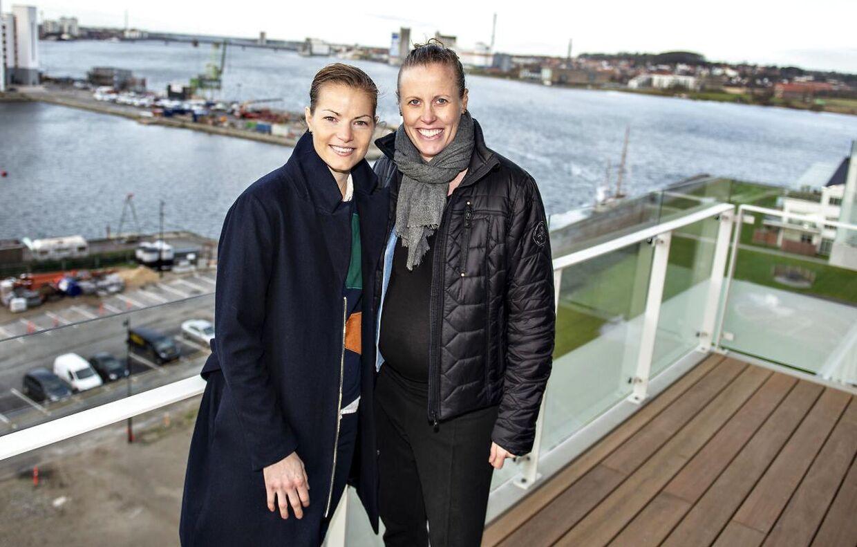 Gravide Kamilla Rytter Juhl, til højre, sammen med Christinna Pedersen. Kæresteparret vandt i marts All England-titlen i damedouble.