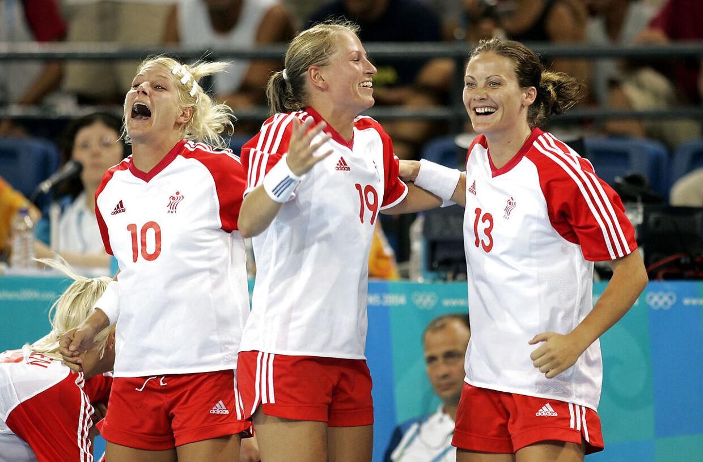 Rikke Hørlykke, Line Daugaard og Lotte Kiærskou fejrer, at OL-finalen er i hus efter en knusende sejr på 29-20 over Ukraine.