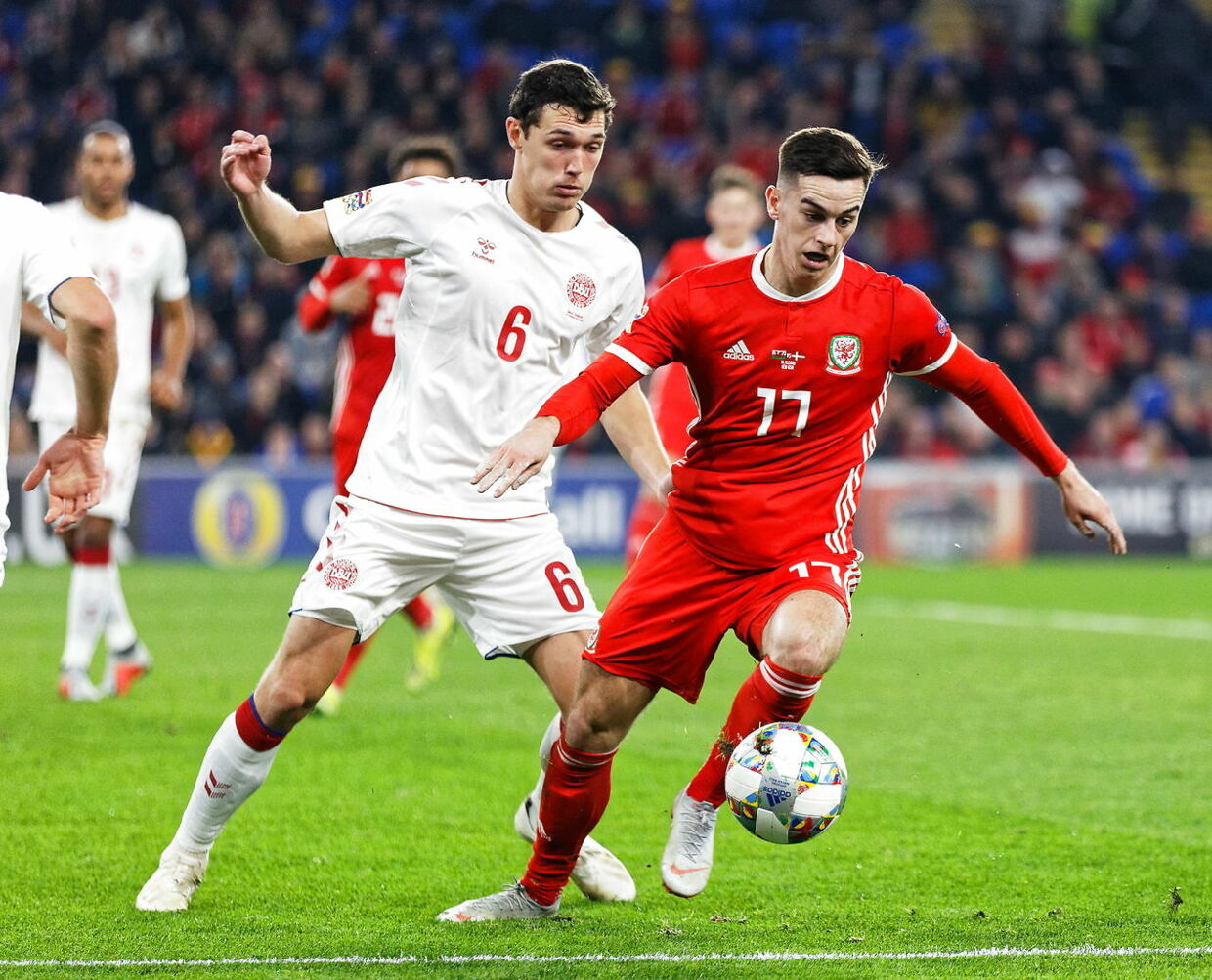 Andreas Christensen i aktion for Danmark mod Wales.