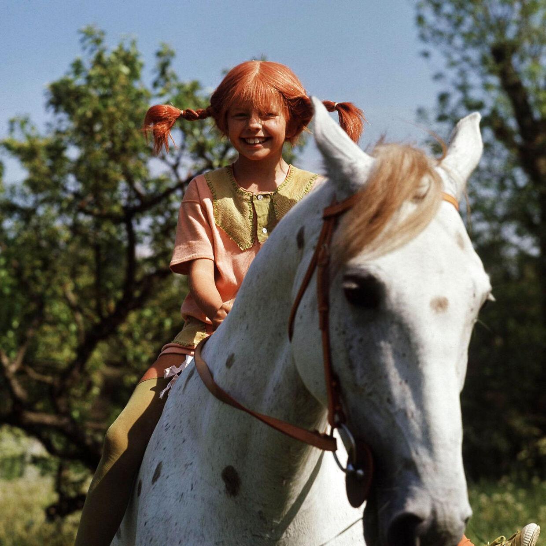 Inger Nilsson som Pippi Langstrømpe på hesten Lille Gubben.