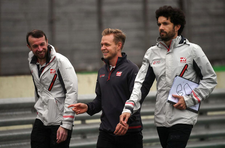 Kevin Magnussen arbejder konstant med sit team for at finde mere fart i raceren. (Photo by Mauro Pimentel / AFP)
