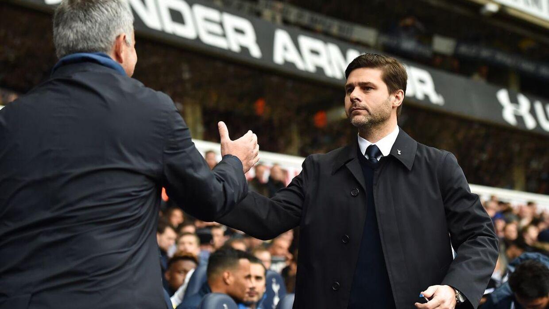 Mauricio Pochettino (th.) er god til at give de unge spillere chancen i Tottenham, mener Gary Neville, der godt kan se argentineren overtage tøjlerne i Manchester United. (Arkivfoto)