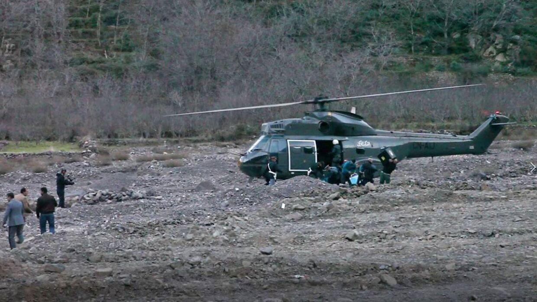 Redningsmandskab afsøger området, hvor de to piger blev dræbt.