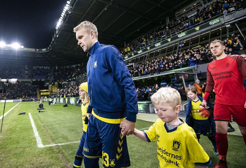 Johan Larsson fører Brøndby på banen en sidste gang.