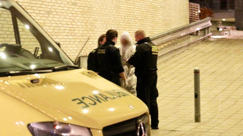 Sluseholmen i København, onsdag den 26. december 2018. En person er natten til onsdag hentet i ambulance fra en lejlighed ved Sluseholmen, der tilhører fodboldspilleren Nicki Bille. Det bekræfter central efterforskningsleder ved Københavns Politi Bjarke Madsen. Politiet kan tidligt onsdag morgen ikke oplyse noget om personens identitet og altså heller ikke, om den tilskadekomne person er Nicki Bille. - Der er hentet en person i ambulance, og politiet arbejder på stedet med teknikerudstyr, og det er faktisk også, hvad jeg kan sige på nuværende tidspunkt, siger efterforskningslederen.. (Foto: Mathias Øgendal/Ritzau Scanpix)