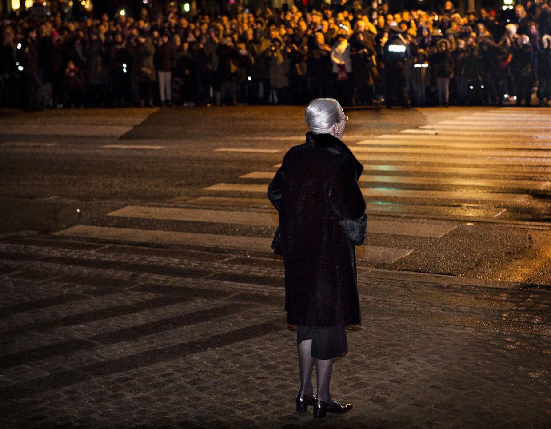 Dronning Margrethe venter på, at Prins Henriks kiste som skal ankomme til Christiansborg Slotskirke, hvor han lå Castrum Doloris.