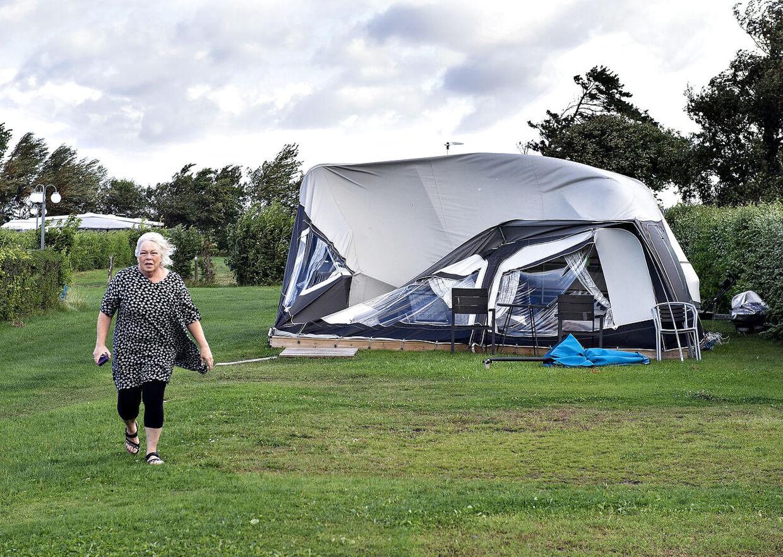 Den 10. august gik stormen Johanne i land. Her er det en campingvogn på Nibe Camping, der har fået en omgang vindtæsk
