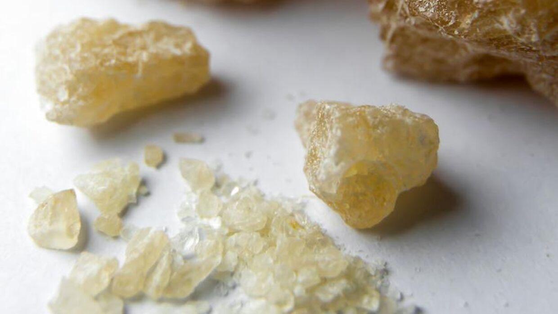 MDMA i krystaliseret form. MDMA er det aktive stof i ecstasy og kan enten opløses i drikkevarer, sniffes eller spises. Arkivfoto