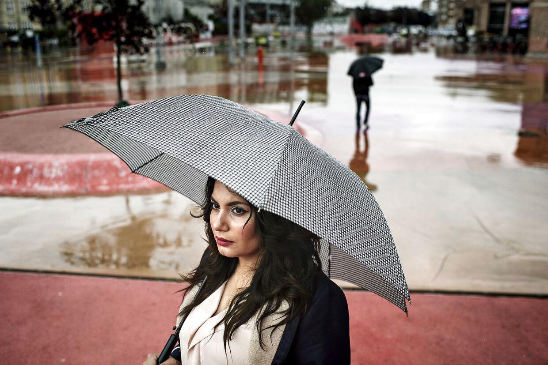 Anahita Malakians bor på Ydre Nørrebro. Hun er utryg pga bander og fortæller, at hendes søn er blevet advaret om de risici, der er ved at bevæge sig omkring på Den Røde Plads.