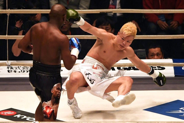 Floyd Mayweather slårTenshin Nasukawa i gulvet.