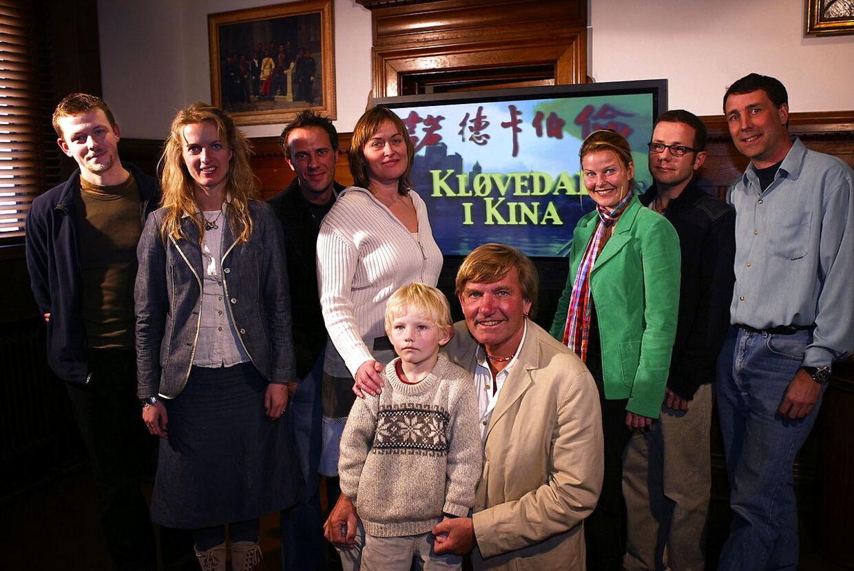 Jordomsejleren Troels Kløvedal og hele besætningen fra skibet Nordkaperen fotograferet ved lanceringen af en række tv-programmer fra Kina.