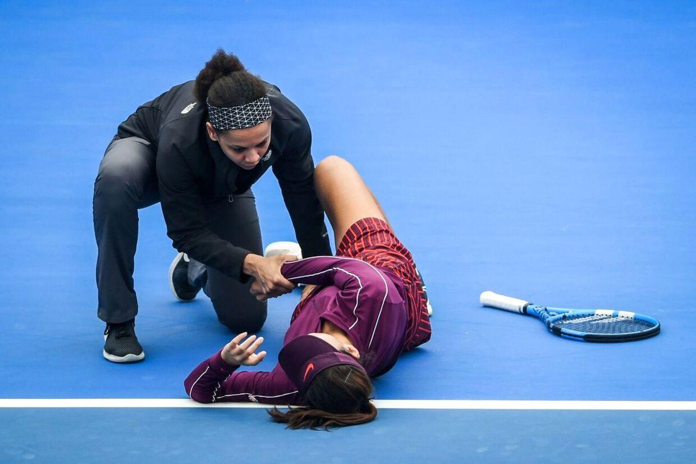 Wang Xinyu faldt om i et krampeanfald i opgøret mod Maria Sharapova ved Shenzhen Open.