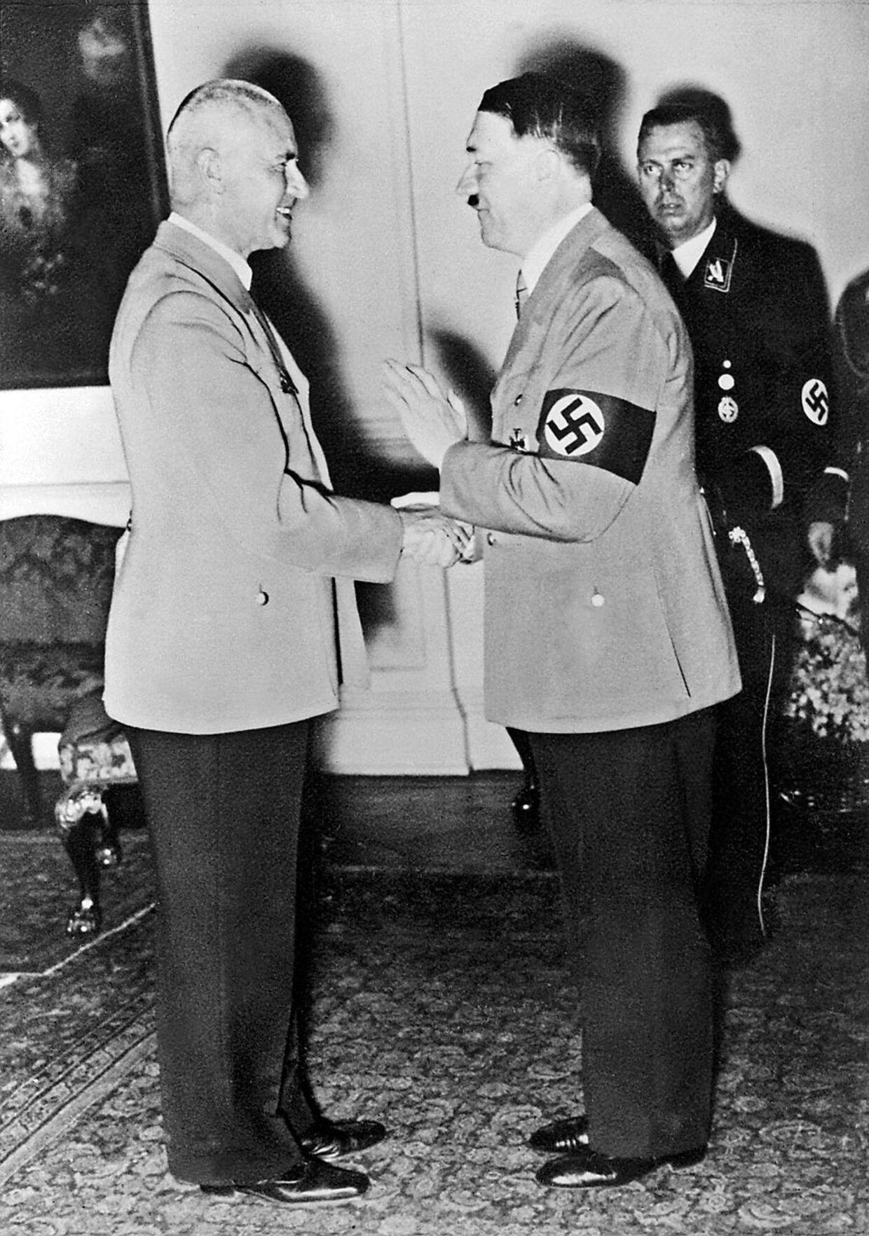 Adolf Hitler giver hånden til Wilhelm Frick, som i løbet af krigen endte som en af de øverste instanser i nazisternes net af koncentrationslejre, hvor millioner af jøder blev myrdet.