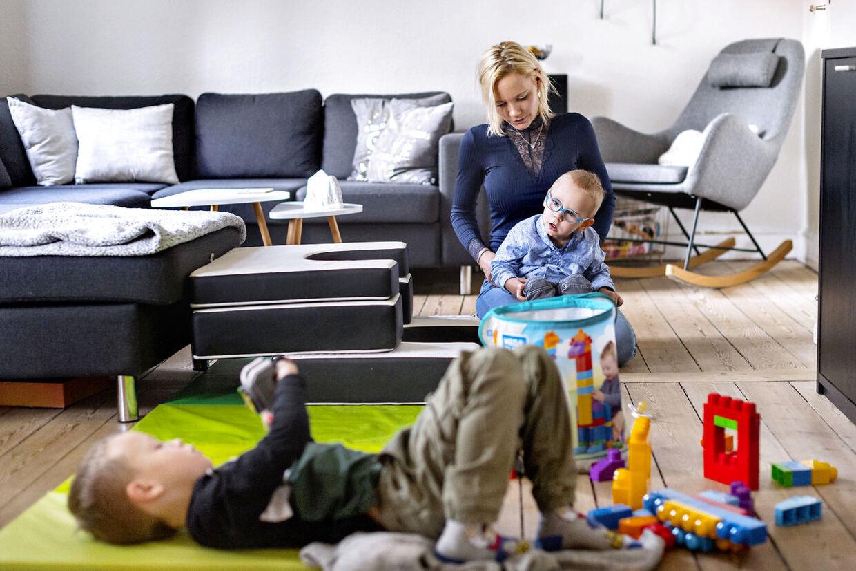 Stine Aagaard Hansen leger med Magnus i stuen i Korsør, mens storebror Noah på seks år leger med klodser.