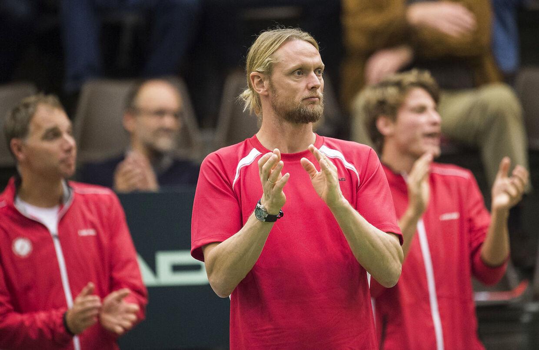 Den tidligere danske topspiller Kenneth Carlsen flyver i næste uge til Melbourne, hvor han er med i teamet omkring Holger Rune, der skal deltage i Australian Opens drengesingle-række.