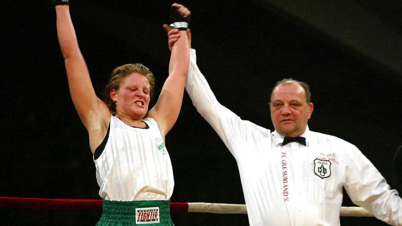 Arkivfoto. Yvonne B. Rasmussen (tv) vinder i weltervægt ved de jyske mesterskaber søndag d. 25 januar 2004 i Århus.