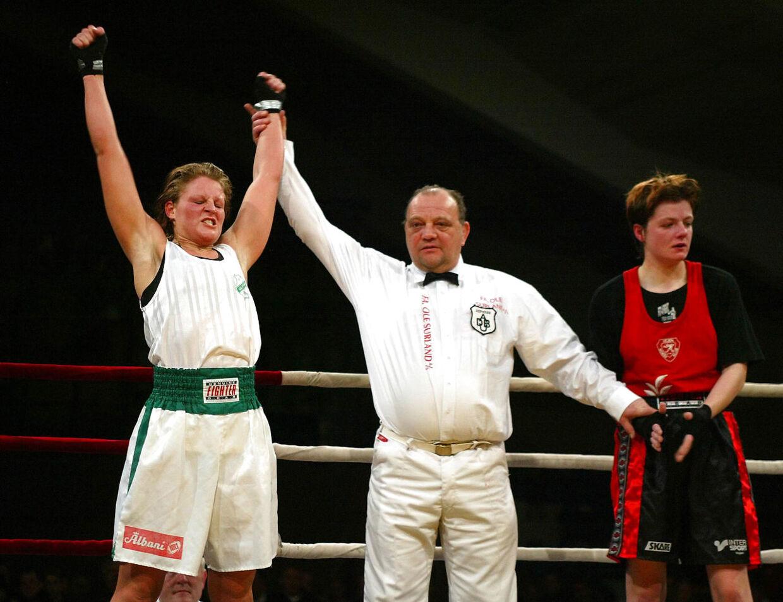 Yvonne B. Rasmussen, Olympia Odense jubler efter sin sejr over Marlene Nielsen fra Vejen BK i weltervægt ved de jyske mesterskaber søndag d. 25 januar 2004 i Århus.