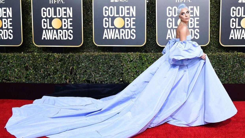 Lady Gaga ankom i et kæmpe syrenfarvet skrud. (Photo by VALERIE MACON / AFP)