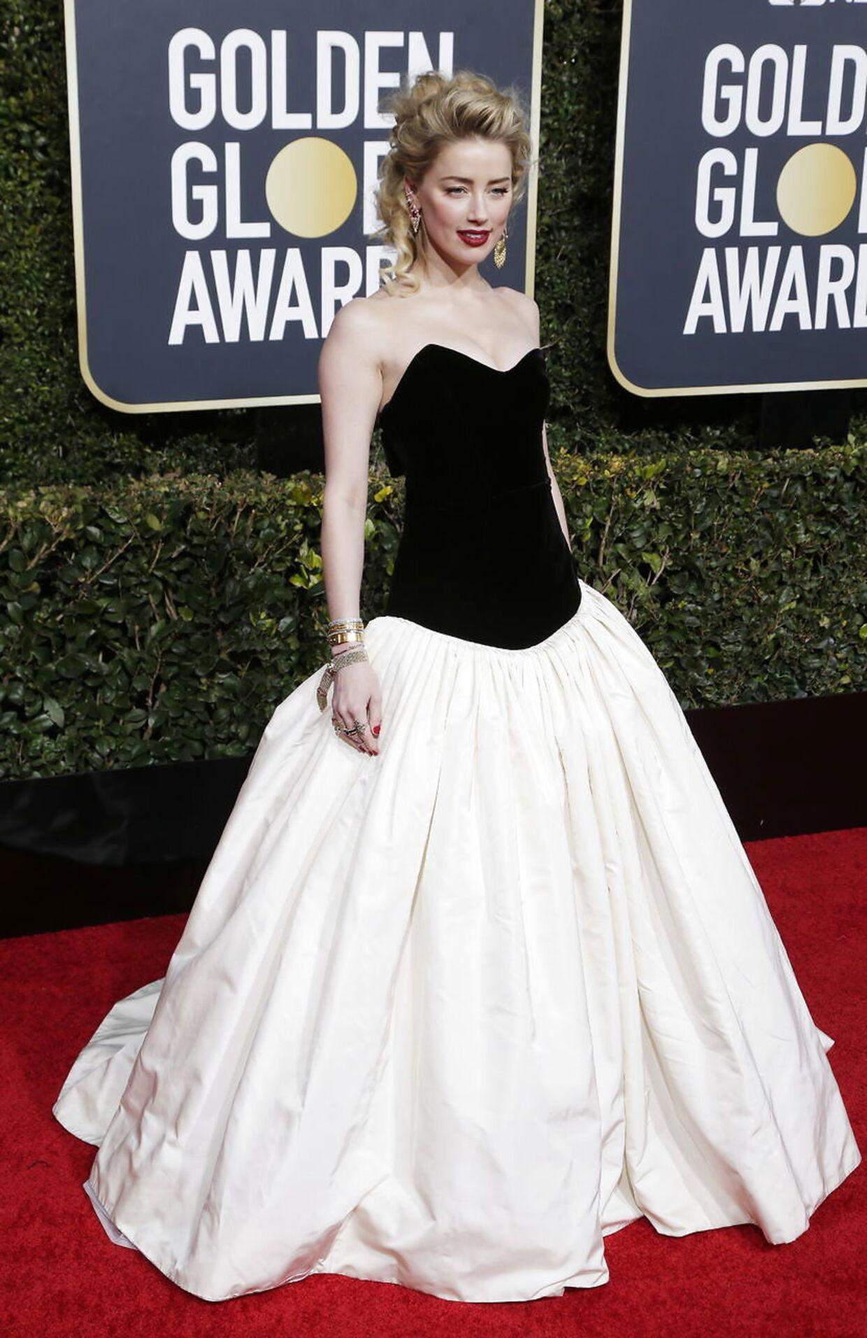 Amber heard, som udover sin filmkarriere, også er meget kendt for at gennemgå en tumtult og offentlig skilsmisse fra Johnny Depp, så flot ud i en sort og hvis kjole. EPA/MIKE NELSON