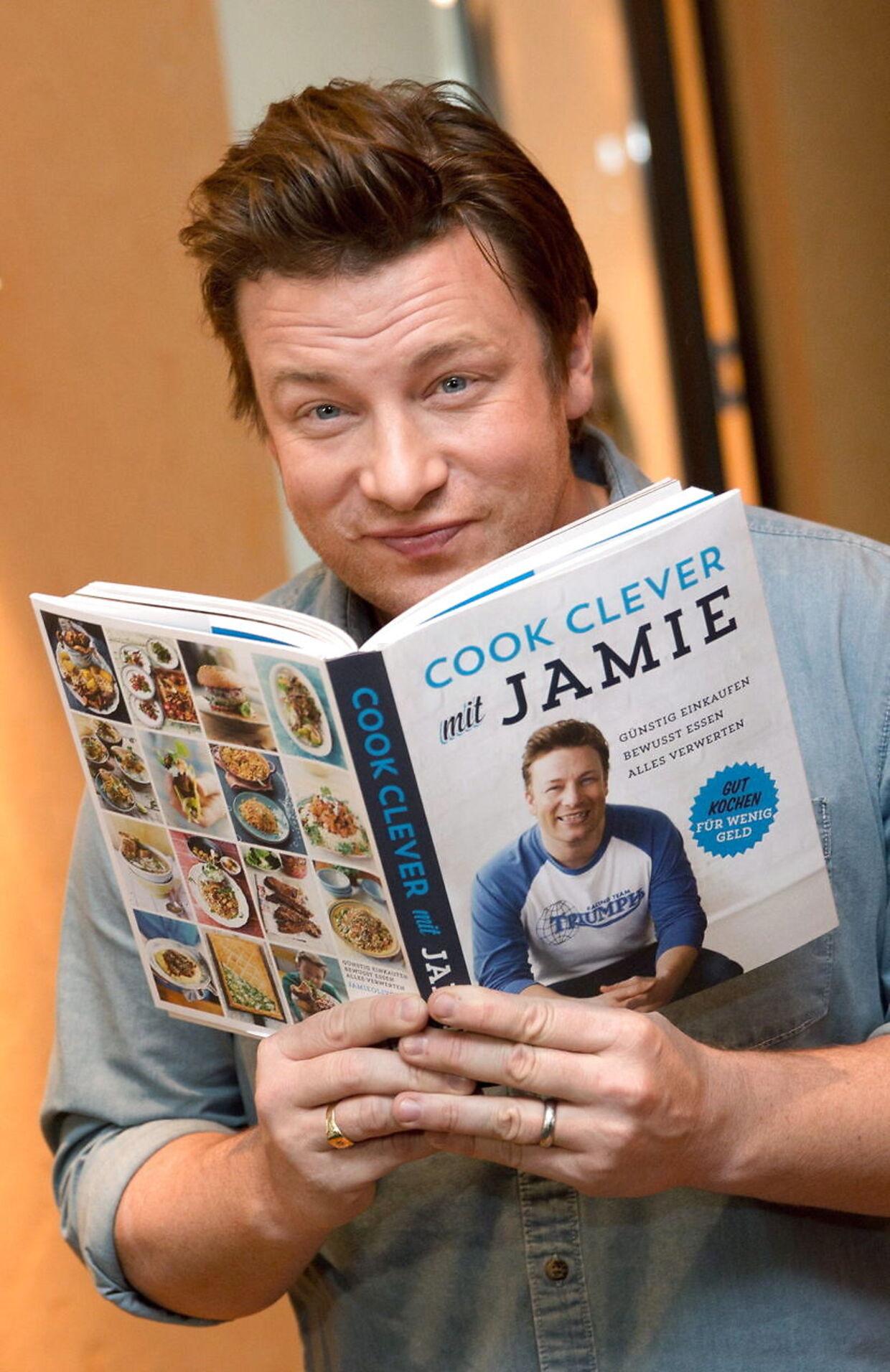 På trods af konkurser i hans restaurantkæder tjener Jamie Oliver fortsat solidt på salg af kogebøger og diverse andre forretninger.