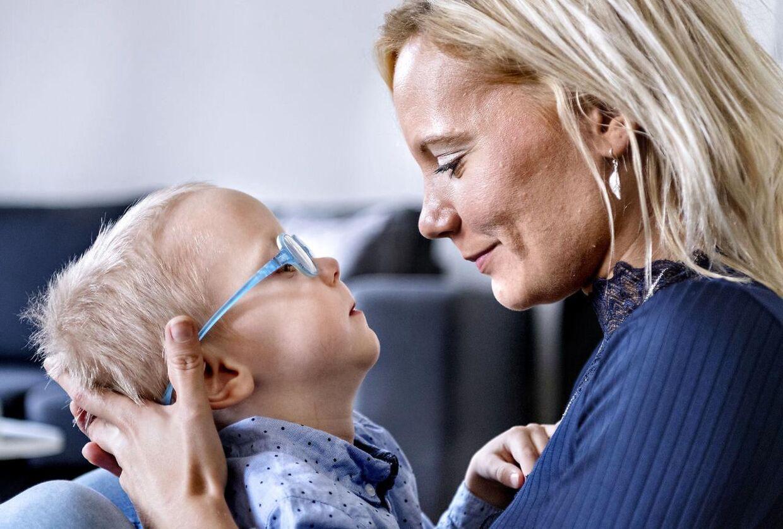 Stine Aagaard Hansen bruger stort set alle sine vågne timer i selskab med sin handicappede søn, som hun ikke mener får tilstrækkelig træning.