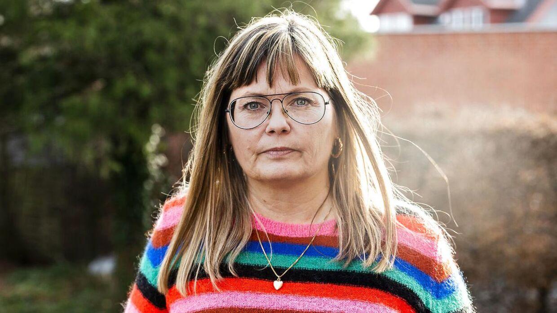 Pia Strandmark fortæller ærligt, hvordan hun og resten af familien har kæmpet med sønnen Nikolajs mangeårige stofmisbrug. En kamp, de kæmper på syvende år. Mange gange har de haft svært ved at forstå, hvorfor de - en helt almindelig kernefamilie - skulle rammes af problemer med misbrug. »Det rammer alle. På tværs af sociale kår. Så simpelt er det,« siger Pia Strandmark i dag.