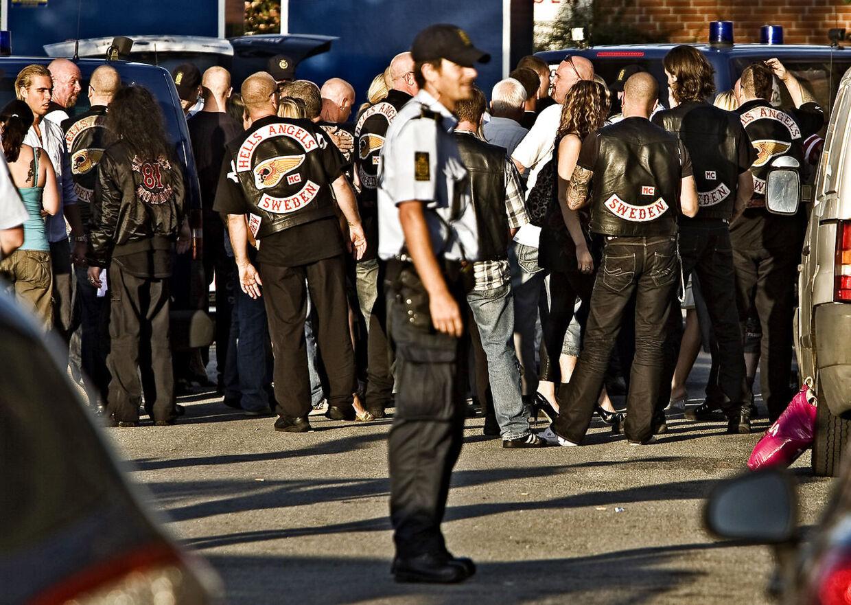 Rockerfest i Siljangade på Amager fredag 7. august 2009. Politiet tjekker Hells Angels og AK 81 medlemmer på vej ind til festen.