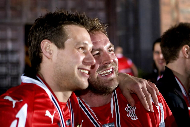 Landsholdet i herrehåndbold blev fejret og tiljublet på Københavns Rådhus efter hjemkomsten fra EM i Norge i 2008, hvor det blev til guld. Op i mod 25.000 fans var mødt op på Rådhuspladsen for at hylde deres helte. Her er det Michael Knudsen (tv) og Joachim Boldsen (th.), der fejrer guldet.