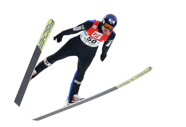 Den dobbelte olympiske mester, nordmanden Jørgen Graabak, fik sig noget af et chok, da han torsdag under sit skihop blev ramt af et kamera.