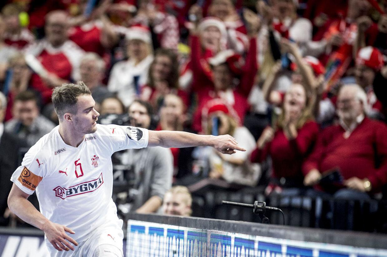 Casper U. Mortensen peger ud på et banner med sig selv.