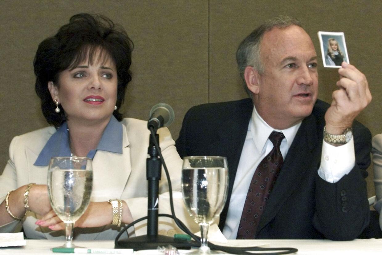 Her ses forældrene, Patsy og John Ramsey i 2000. Patsy døde i 2006 som følge af kræft i æggestokkene.
