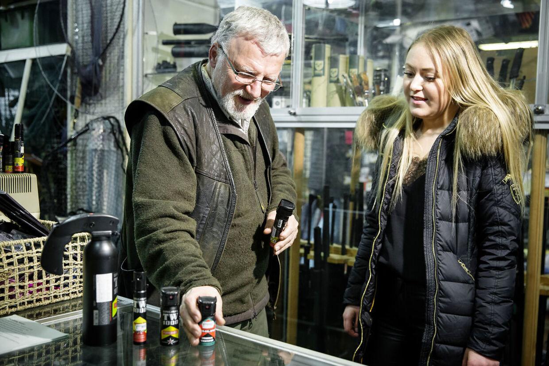 Fra 1. januar har man kunnet købe peberspray, som Emma her gør i Hunters House hos Ole Høiberg.