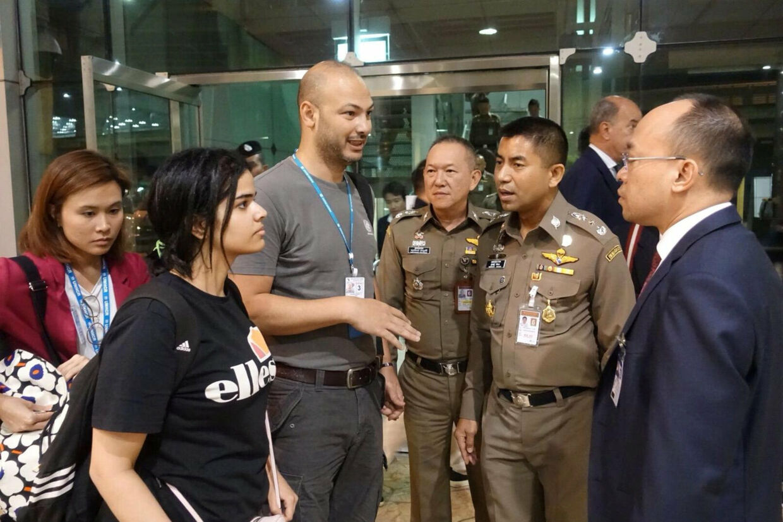 18-årige Rahaf Mohammed al-Qunun (til venstre i sort t-shirt) sammen med de thailandske immigrationsmyndigheder uden for et hotel i Bangkok. Handout/Reuters