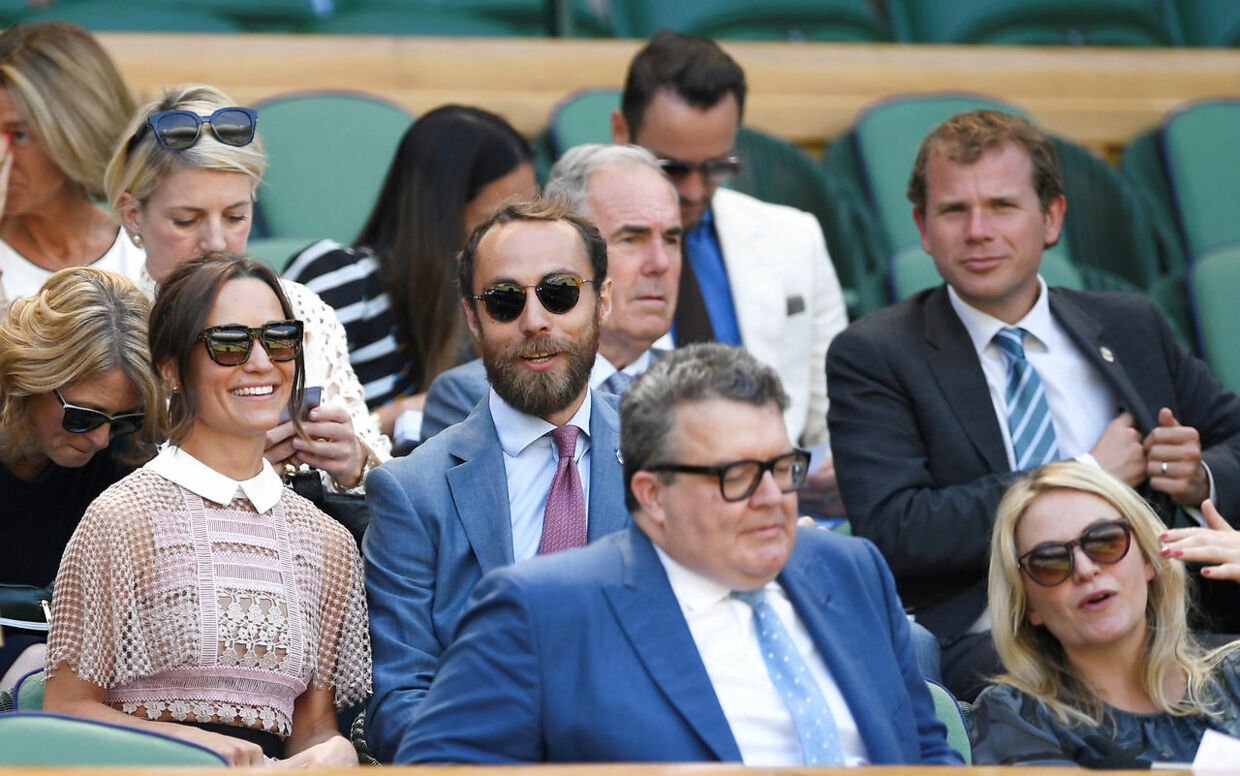 James Middleton og Pippa Middleton (tv.) som tilskuere til Wimbledon-turneringen i London. 5. juli 2017.
