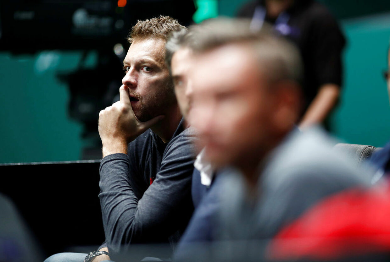 David Lee følger Caroline Wozniacki under Australian Open.