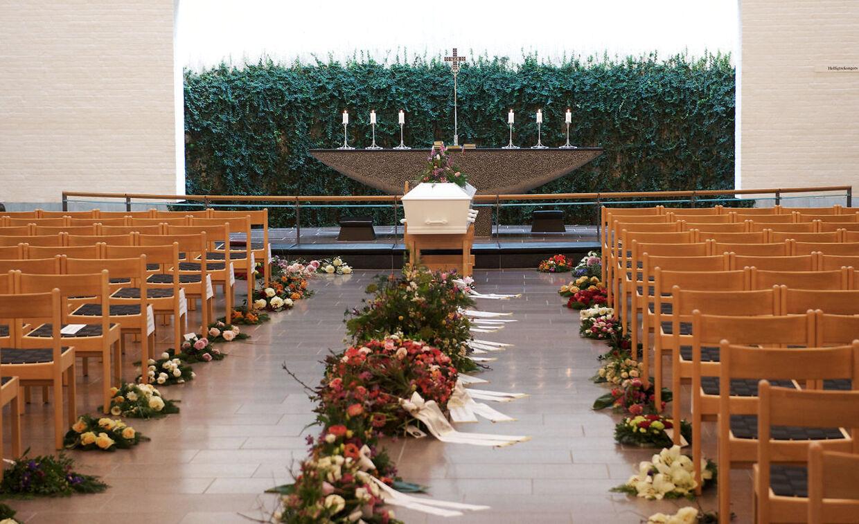 Fonnesbæk kirke var fyldt med blomster og mennesker, da Louisa Vesterager Jespersen blev bisat lørdag.