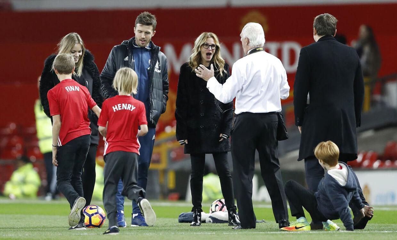 Julia Roberts i selskab med Manchester Uniteds assistenttræner, Michael Carrick.