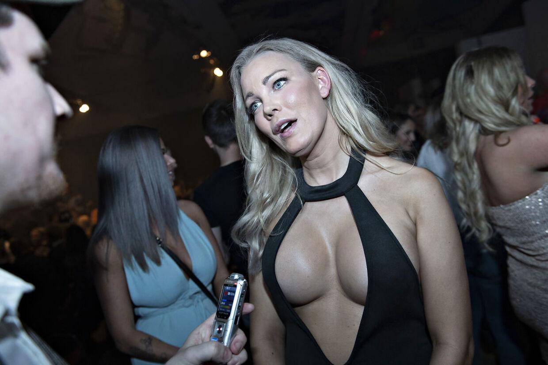 Sasha vil gerne have mindre bryster, så hun kan blive skuespiller