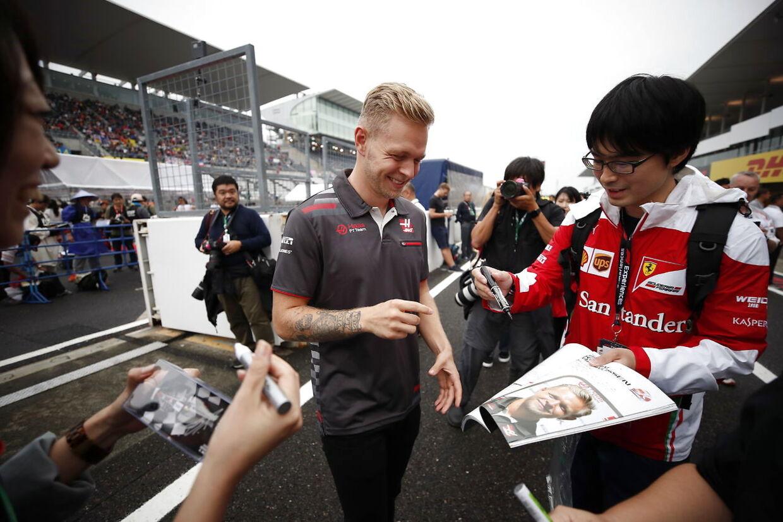 De sociale medier er her, der og alle vegne - også i Formel 1-verdenen. Både holdene og kørerne bruger medier som Twitter og Instagram aktivt, både til at promovere, udsende nyheder og drille hinanden.