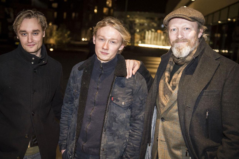Lue Støvelbæk med far Lars Mikkelsen og bror til håndbold i Royal Arena.