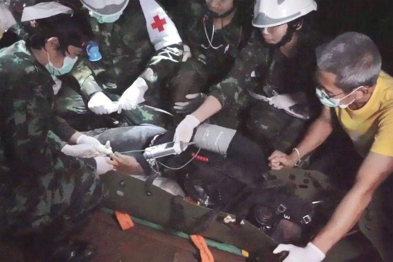 Redningsmandskabet måtte bedøve drengene og placere dem på en båre for at få dem ud af grotten.