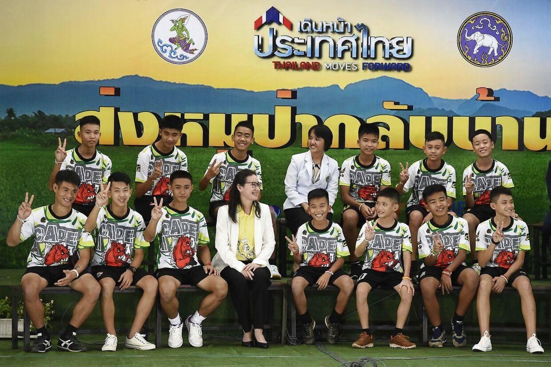 De 12 drenge i god behold på en pressekonference den 18. juli 2018.
