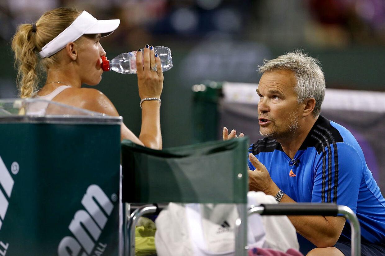 Piotr Wozniacki giver Caroline Wozniacki gode råd under en kamp på WTA-touren.