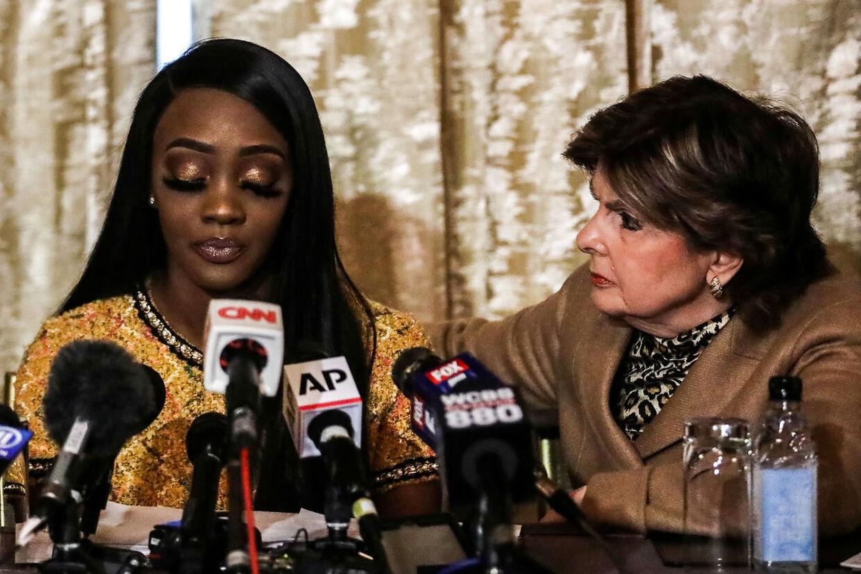 Faith Rodgers er en af de mange kvinder, der anklager sangeren R. Kelly for sex-overgreb. Ved hendes side ses advokaten Gloria Allred.