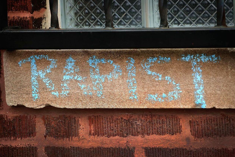 Graffiti med klart budskab. 'Rapist' (voldtægtsforbryder) har en eksfan skrevet på muren til R. Kellys pladestudie i Chicago.