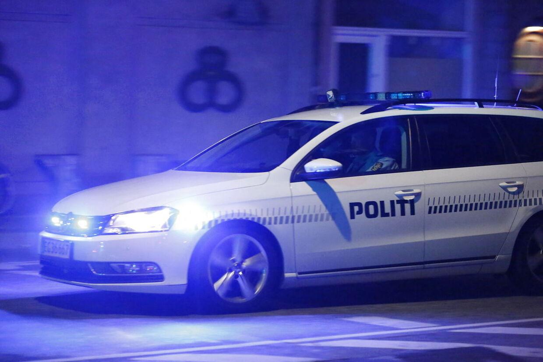 Politibil under udrykning / med blå blink