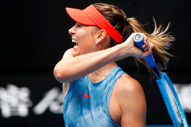 Maria Sharapova i aktion i tredjerundekampen ved Australian Open mod Caroline Wozniacki.