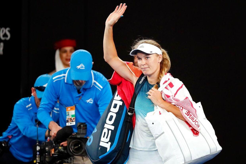 Caroline Wozniacki forlader Rod Laver Arena efter tredjerundenederlaget ved Australian Open mod Maria Sharapova.