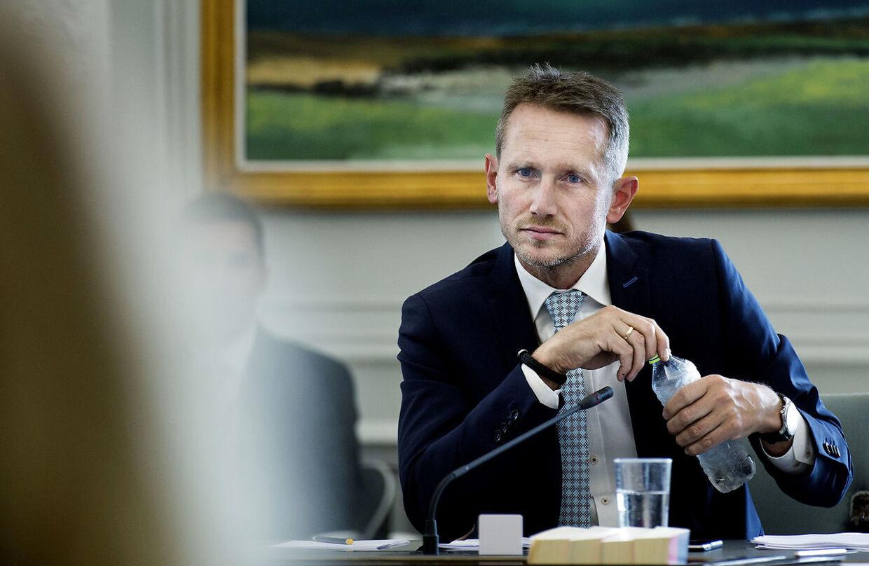 Finansminister Kristian Jensen (V) blev kaldt i samrpd om Radius-salget af Pelle Dragsted (Enh.), men først da han slog noget op på Faebook, skete der noget.